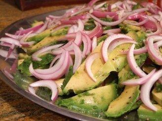 Avokadų ir svogūnų salotos