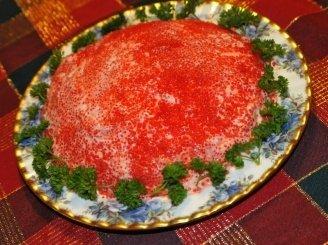 Sluoksniuotos žuvies ir ikrų salotos