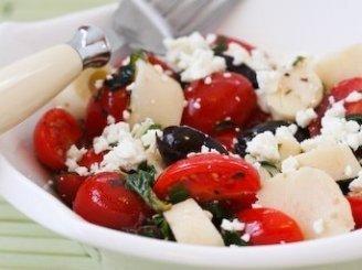 Pomidorų salotos su alyvuogėmis