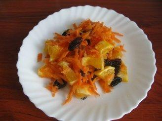 Morkų salotos su razinomis, apelsinais ir medumi