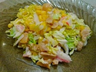 Kopūstų salotos su krabų lazdelėmis