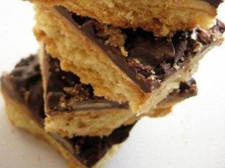 Sausainis su karamele ir šokoladu
