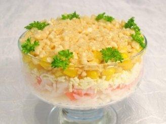 Krabų mėsos salotos su kukurūzų traškučiais