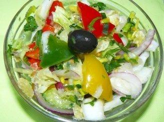Trijų spalvų paprikų salotos