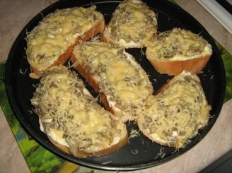 Traškūs sumuštiniai su pievagrybiais