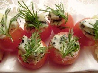 Įdaryti vynuoginiai pomidorai pelėsiniu sūriu
