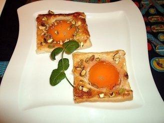 Pyragaičiai su persikais ir pistacijomis
