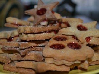 Trapūs saldūs sausainiai pertepti uogiene