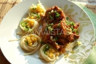 Baltam vyne su pomidorų padažu kepti šonkauliukai arba trispalvė pietų lėkštėje