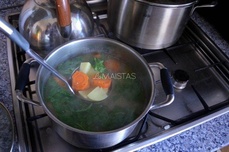 Kreminė špinatų sriuba su mėsos kukuliais
