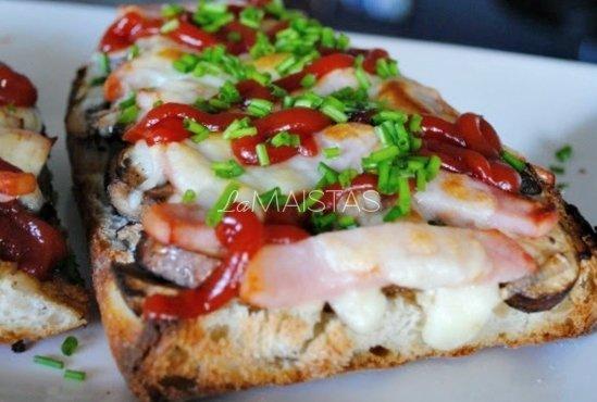 Karšti sumuštiniai su grybais ir kečupu