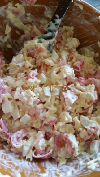 Česnakinė sūrio ir krabų lazdelių mišrainė