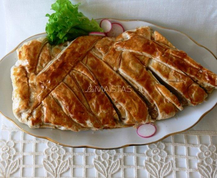 Sluoksniuotos tešlos pyragas su tunu