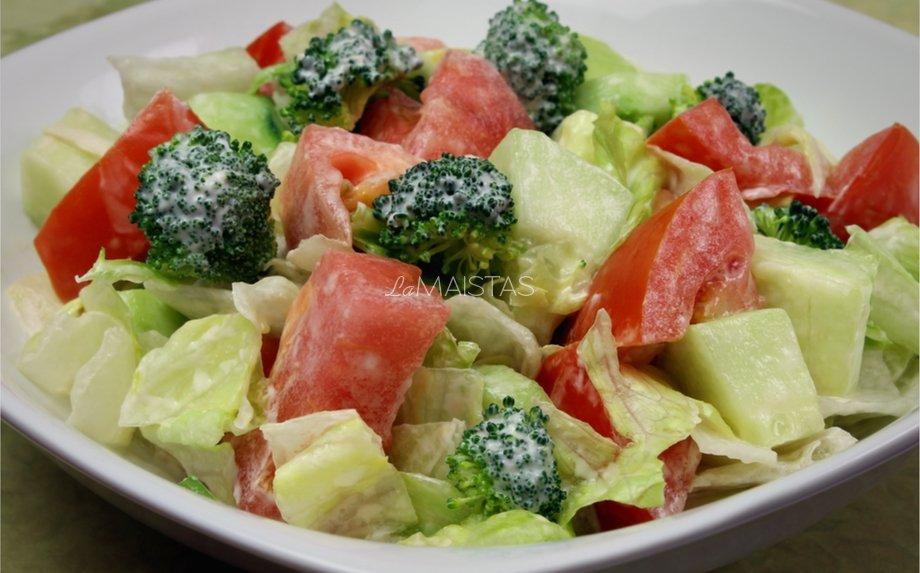 Brokolių salotos su pomidorais