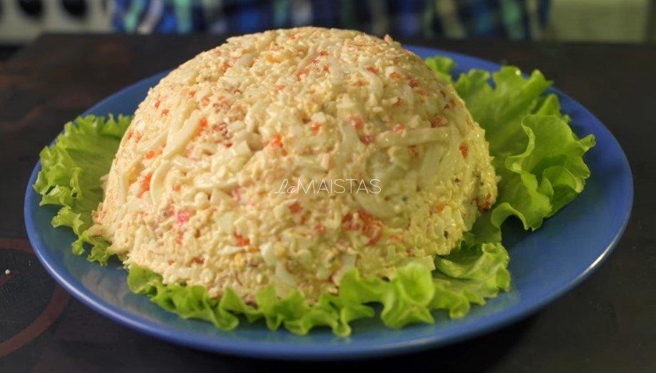 Sočios kalmarų ir krabų lazdelių salotos