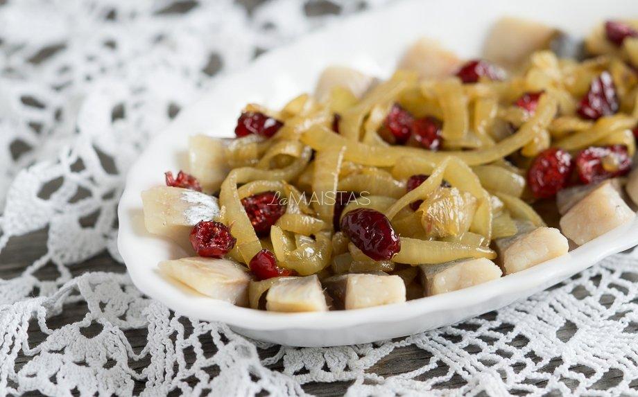 Silkė su lengvai karamelizuotais svogūnais ir spanguolėmis