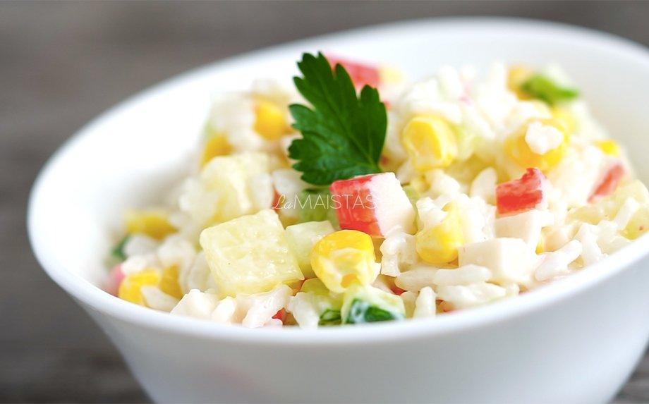 Krabų lazdelių salotos su ryžiais ir ananasais
