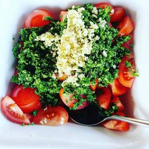 Pikantiškos pomidorų salotos prie mėsos