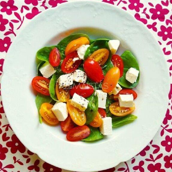 Gaivios salotos su špinatais, pomidoriukais ir fetos sūriu
