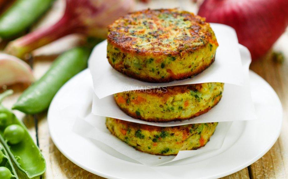 Virtų bulvių blyneliai su daržovėmis