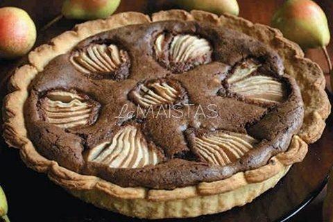 Šokoladinis pyragas su kriaušėmis ir grietinėle