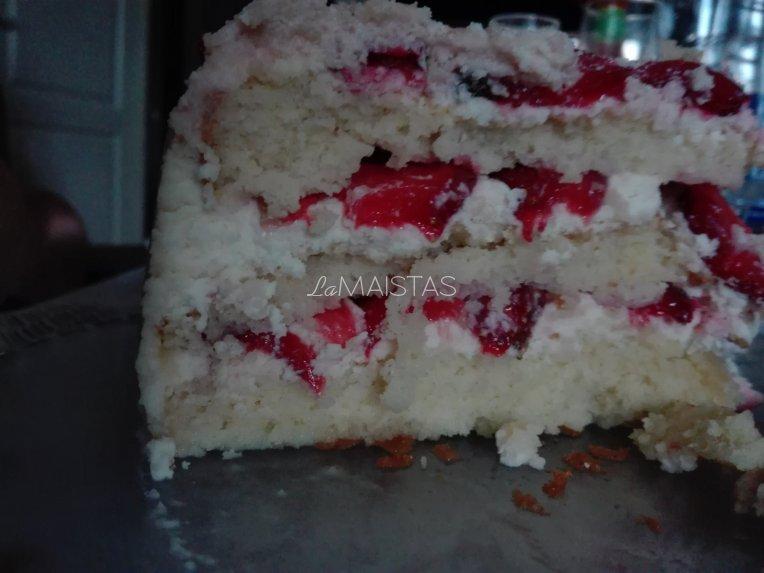 Braškių tortas su baltojo šokolado kremu