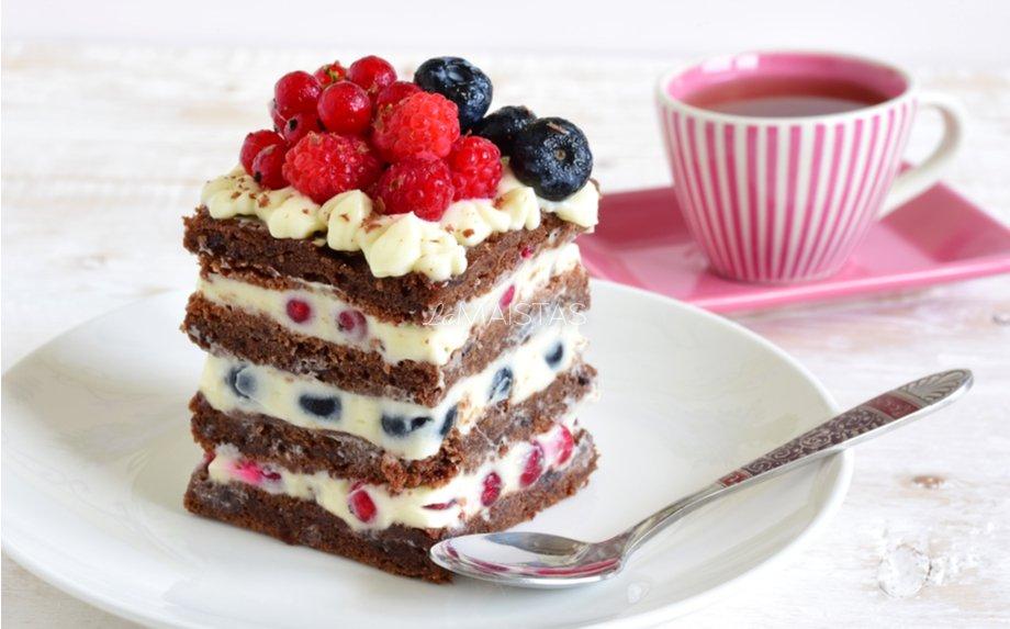 Nekeptas sausainių tortas su varške ir uogomis