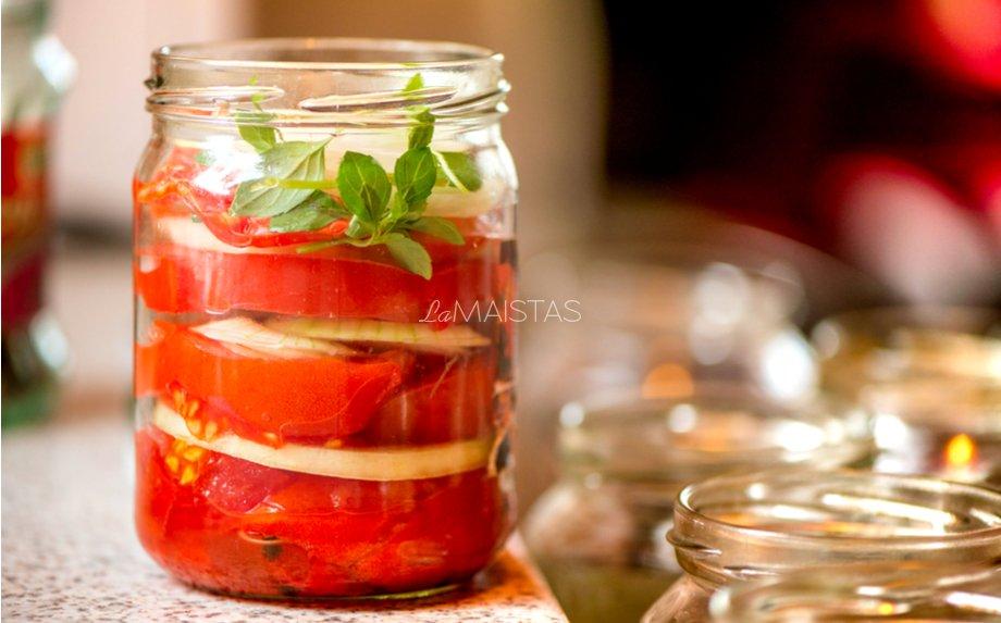 Su želatina marinuoti pomidorai su svogūnais žiemai