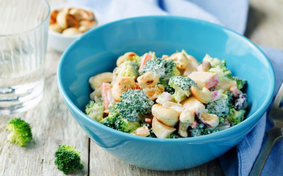 Brokolių salotos su vištiena ir spanguolėmis