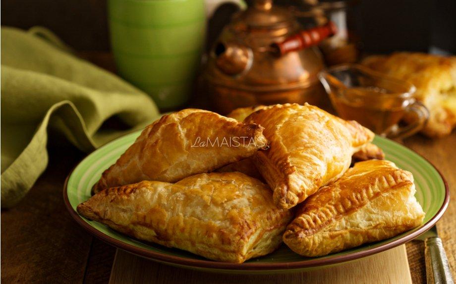 Sluoksniuotos tešlos pyragėliai su lašiša ir varške