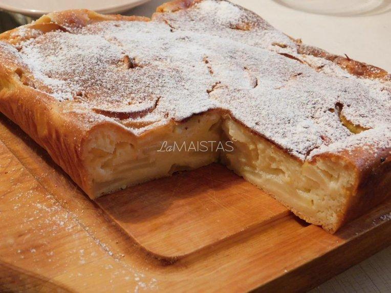Drėgnas obuolių pyragas su varške