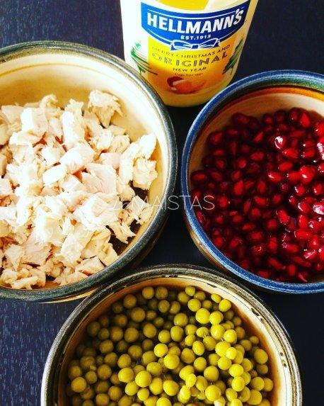 Suoksniuotos vištienos granatų salotos