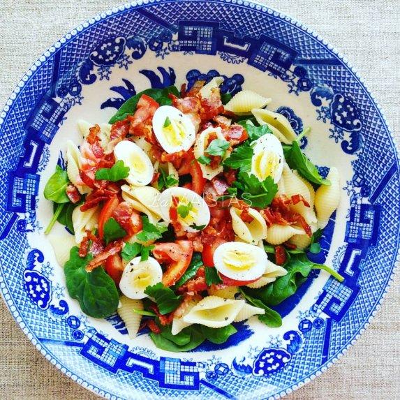 Sočios makaronų salotos su šonine