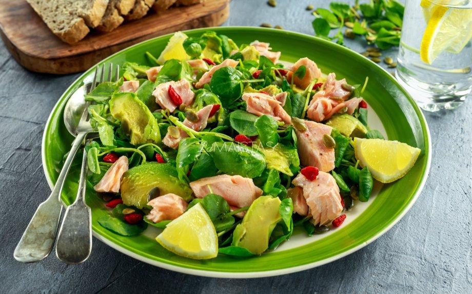 Lašišos salotos su avokadu