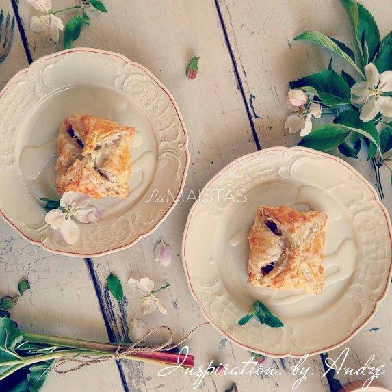 Sluoksniuotos tešlos pyragėliai su rabarbarais