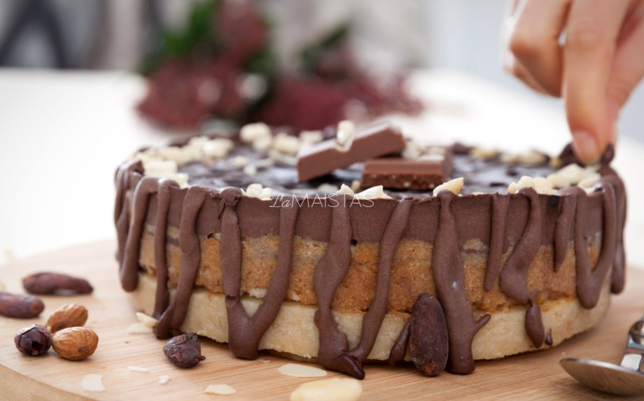 Nekeptas Snikerinis pyragas be pieno produktų ir cukraus
