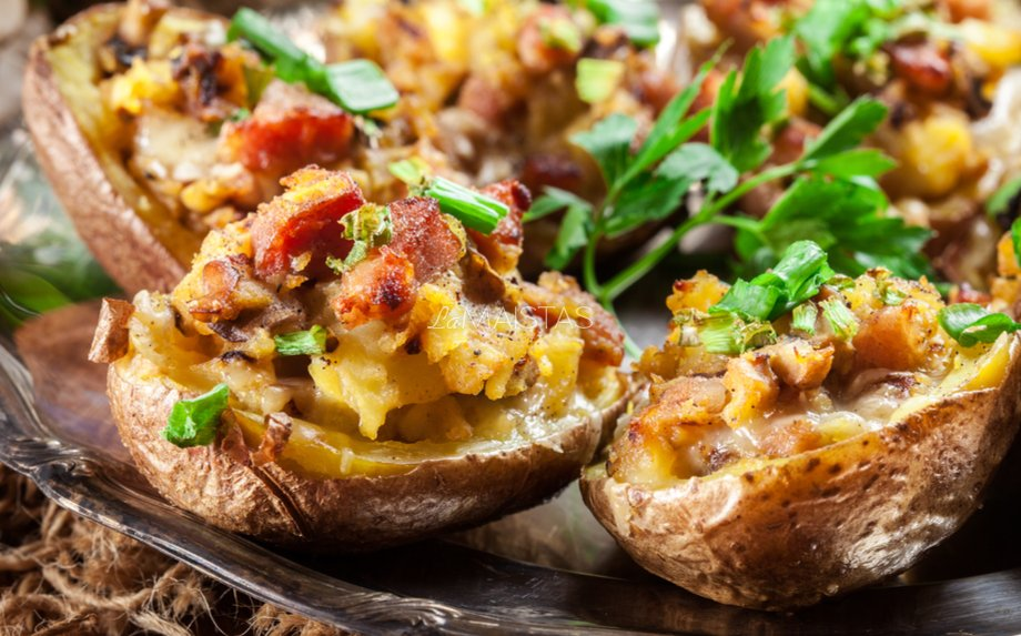 Orkaitėje keptos bulvės su grybais ir šonine