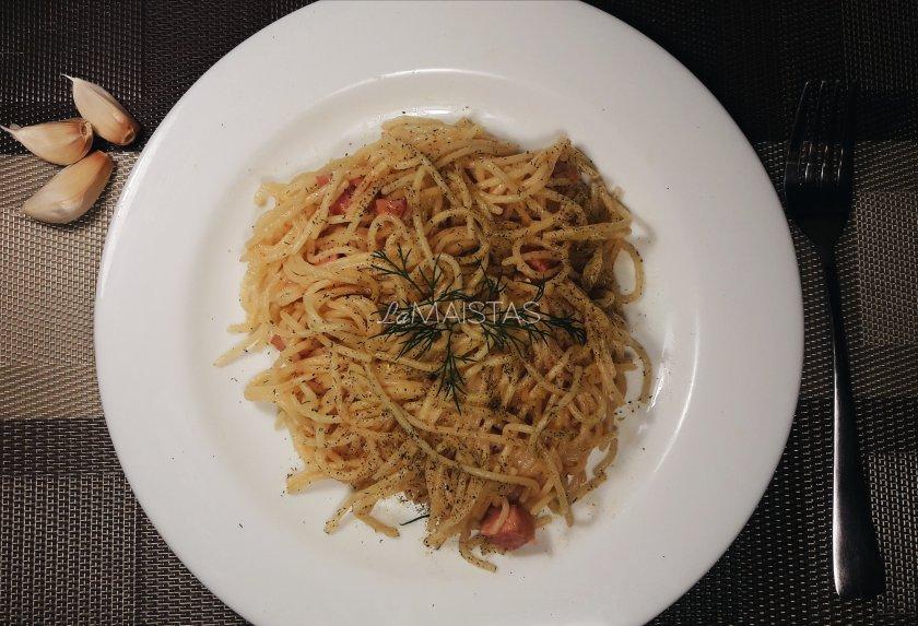 Gardūs spagečiai su sūriu ir dešra