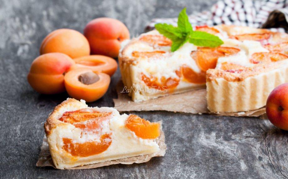 Varškės pyragas su abrikosais slyvomis