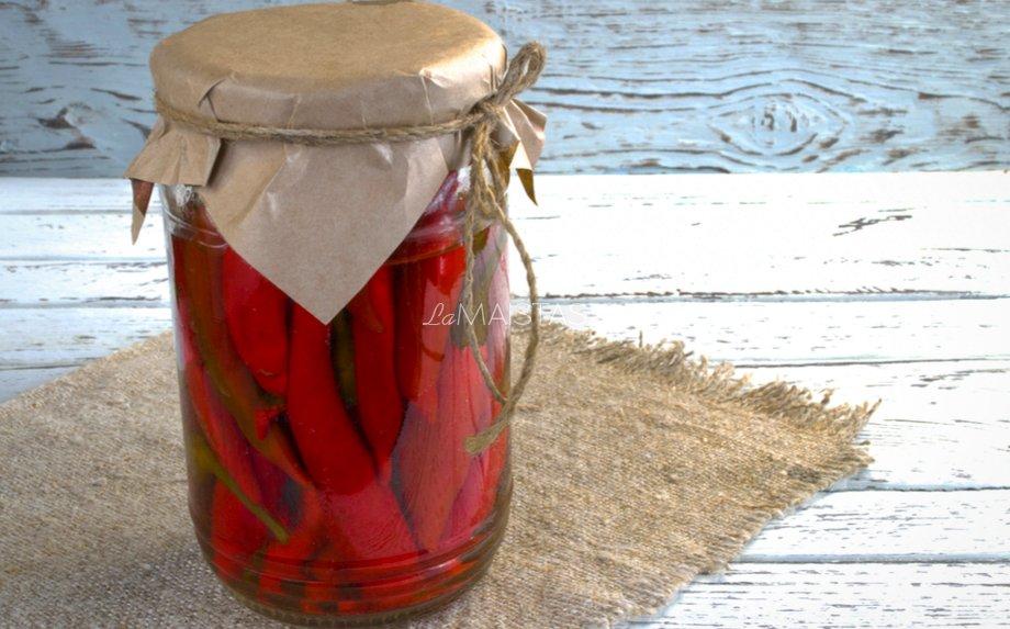 Meduje marinuoti aitrūs pipirai žiemai