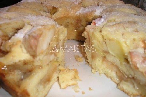 Obuolių pyragas su razinomis ir romu