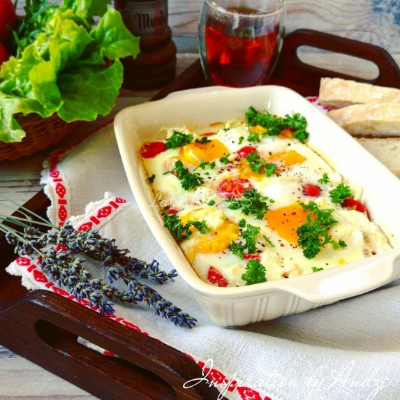 Kiaušinienė orkaitėje su pomidorais ir feta