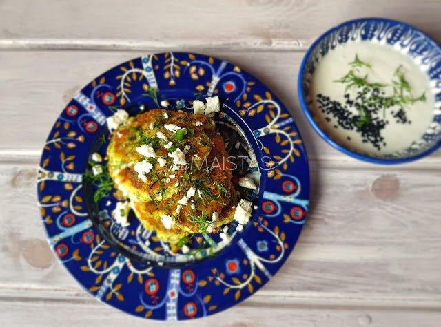 Turkiški cukinijų blynai su feta, žolelėmis ir jogurto padažu