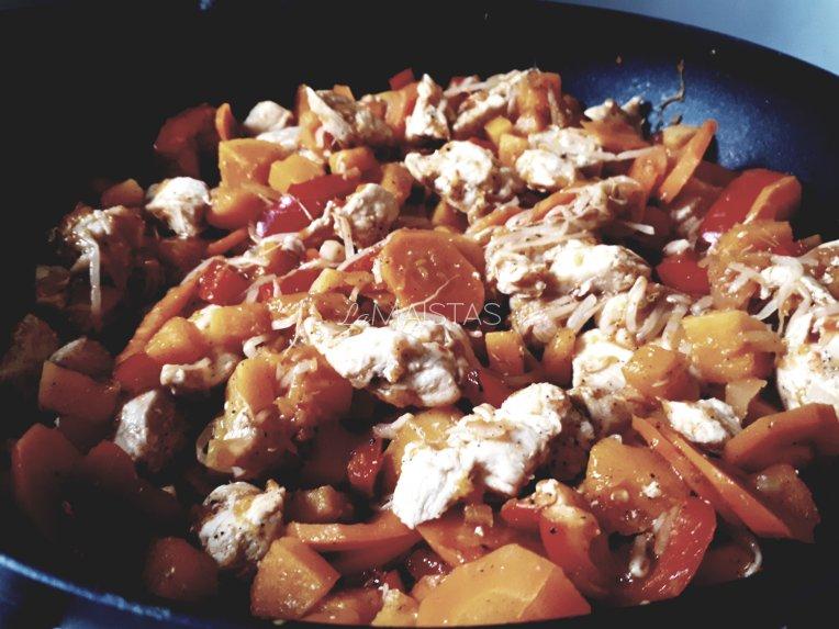 Saldžiarūgštė vištiena su daržovėmis ir sojų pupelių daigais