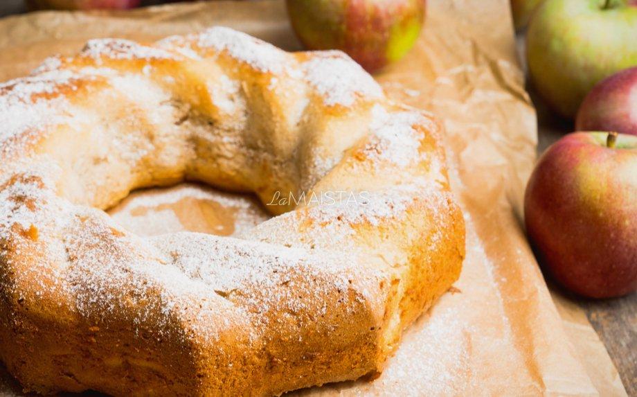 Sviestinis obuolių keksas su varške