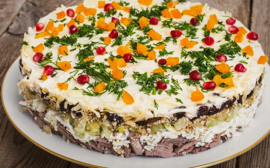 Sluoksniuotos liežuvio salotos su slyvomis ir agurkėliais