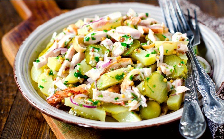 BUlvių salotos su vištiena ir marinuotais agurkais