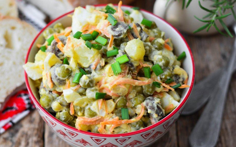 Bulvių salotos su žirneliais ir grybais