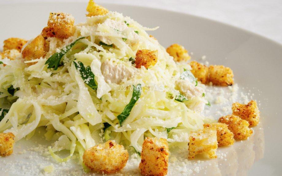 Kopūstų salotos su vištiena ir skrebučiais