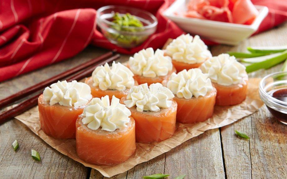 Suši sushi su lašiša kreminiu sūriu